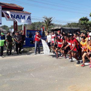 START. Peserta lari maraton 10 KM start dari halaman kantor Camat Kelam Permai, Sintang, Minggu (15/7). Benidiktus Krismono-RK
