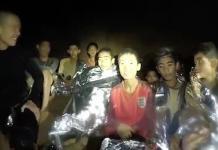 SELAMAT. Salah seorang dari 12 anak yang terperangkap di gua memakai kaos Timnas Inggris. Diabadikan oleh salah seorang penyelamat. AsiaPac