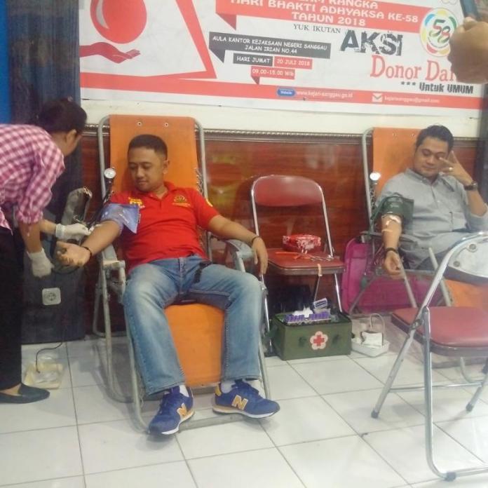 Kasi Pidum Kejari Sanggau, Adityo Utomo (kiri) ikut mendonorkan darahnya pada acara donor darah yang digelar Kejaksaan Negeri Sanggau, Jumat (20/7)—Kiram Akbar