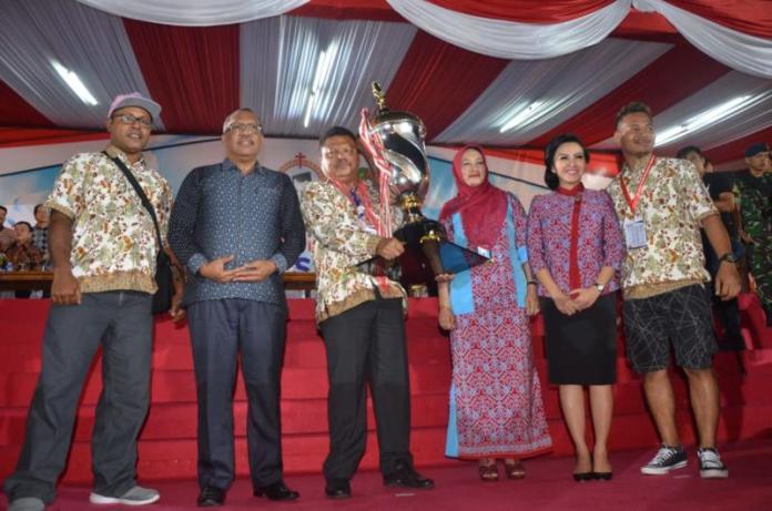 PIALA BERGILIR. Asisten Administrasi dan Umum Sekda Kalbar, Marlina menyerahkan piala bergilir Presiden RI kepada kontingen Papua Barat yang berhasil mendapatkan juara Umum Pesparawi Nasional Xll di Stadion SSA, Pontianak, Jumat malam (3/8). Maulidi Murni-RK