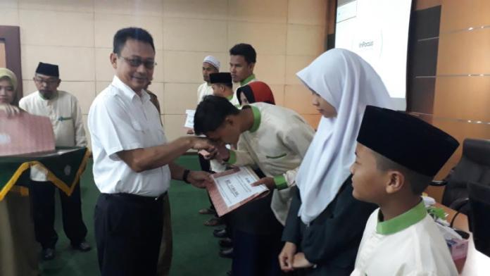BONUS. Edi Rusdi Kamtono didampingi Mulyadi menyerahkan bonus bagi pemenang MTQ tingkat provinsi di aula kantor Wali Kota Pontianak, Selasa (31/7). Gusnadi-RK