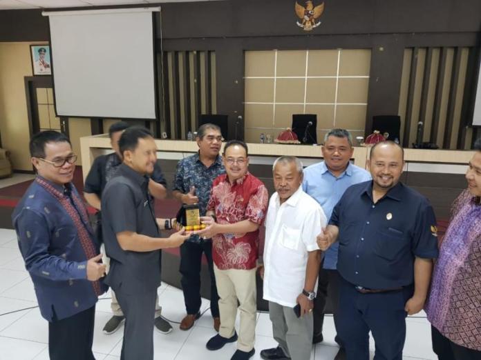 Cenderamata. Ketua Komisi IV DPRD Provinsi Kalbar, Thomas Alexander didampingi sejumlah anggotanya melakukan pertukaran cenderamata ketika melakukan studi banding ke Provinsi Sulawesi Selatan, baru-baru ini. Humas for Rakyat Kalbar