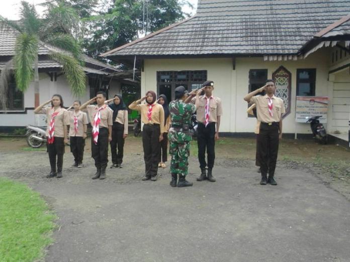 LATIHAN. Pelajar-pelajar SMAN di Kecamatan Tujuh Belas dan Kecamatan Sanggau Ledo, Kabupaten Bengkayang in tengah mengikuti latihan Paskibra, Jumat (3/8)—Kurnadi/RK