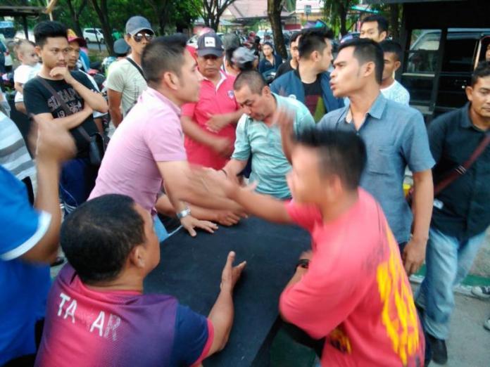 RICUH. Para sopir taksi online dan pemilik kafe tengah berseteru, Sabtu (4/8)--Polisi for RK