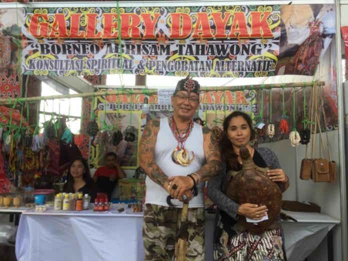 PAMERAN. Erna dan Abah Niko mengisi stan Kalteng di Pameran Pesparawi ke XII di Rumah Radakng Pontianak, Kamis (2/8). Nova Sari-RK
