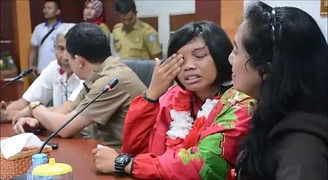 TANGIS HARU. Devi Safitri memberikan sambutan sambil menangis terharu di kantor Bupati Kubu Raya, Selasa (31/7). Syamsul Arifin-RK