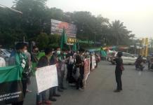 AKSI DAMAI. HMI Pontianak mengggelar aksi damai menyikapi maraknya Karhutla di di Digulis Untan, Rabu sore (15/8). Ambrosius Junius-RK