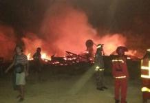 PEMADAMAN. Petugas pemadam kebakaran memadamkan api di sawmil di Gang Bakti, Kelurahan Roban, Kecamatan Singkawang Tengah, Minggu (19/8)--SUHENDRA