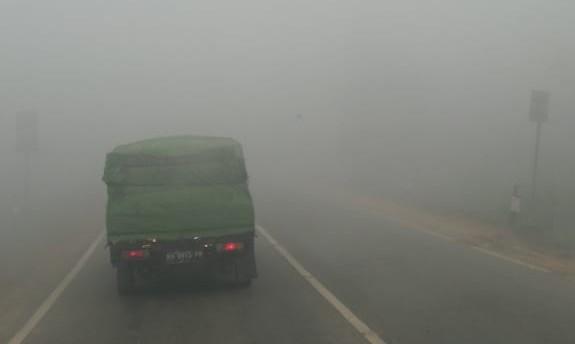 Kabut Asap. Beginilah suasana pagi hari di Jalan Trans Kalimantan, Sungai Ambawang, Kabupaten Kubu Raya yang diselimuti kabut asap yang kian pekat, sehingga jarak pandang menjadi terbatas, Senin (20/8). Zainudin/RK.