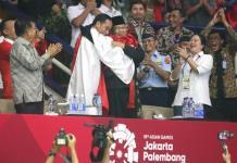 ASIAN GAMES BERSATU. Usai memenangkan medali emas Asian Games, Hanifan Yudani Kusumah berangkulan dengan Presiden Joko Widodo dan Ketua IPSI Prabowo Subianto, di Padepokan Silat TMII, Rabu (29/8). Chandra Satwika-Jawa Pos