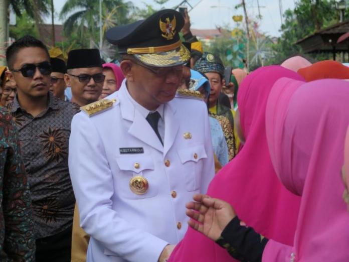 PENYAMBUTAN. Sutarmidji menyalami warga yang menyambut kedatangannya di Pendopo Gubernur Kalbar, Kamis (6/9). Rizka Nanda-RK