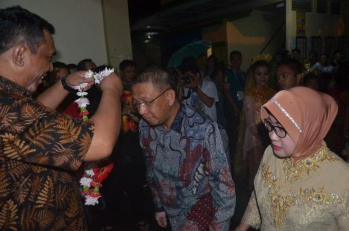 REUNI. Sutarmidji didampingi istri dikalungi bunga ketika menghadiri reuni akbar SMA Santo Paulus Pontianak di Jalan Arif Rahman Hakim, Pontianak Kota, Sabtu malam (8/9). Humas Pemprov for RK
