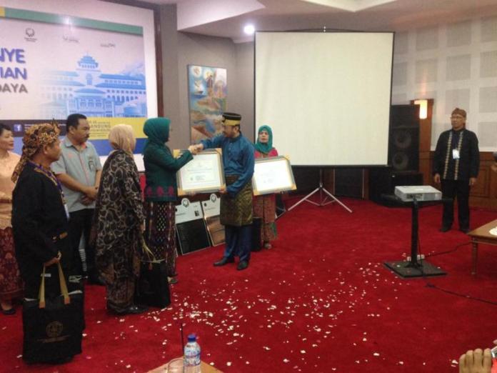 SERTIFIKAT. Anshari Dimyati menerima sertifikat penetapan gambar rancangan asli lambang negara Indonesia sebagai Benda Cagar Budaya Peringkat Nasional dari Kemendikbud RI di Auditorium, Museum Geologi Bandung, Senin (24/9). Anshari Dimyati for RK