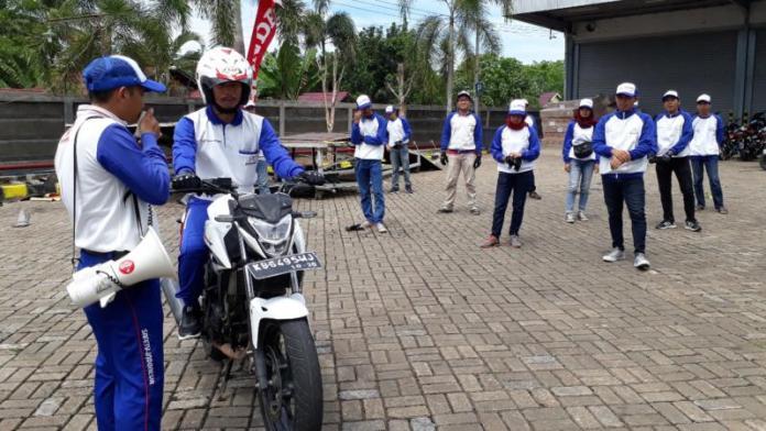 Safety riding. Puluhan jurnalis kalbar saat mempraktikkan safety riding yang dilaksanakan Astra Motor Pontianak, Minggu (2/9). Gusnadi-RK