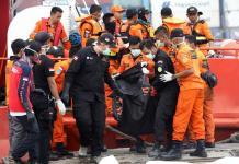 JENAZAH. Petugas Basarnas mengangkat kantong jenazah korban jatuh pesawat Lion Air JT 610 di Posko Terpadu JICT, Tanjung Periok, Jakarta, Sabtu (3/11). Hendra Eka/Jawa Pos