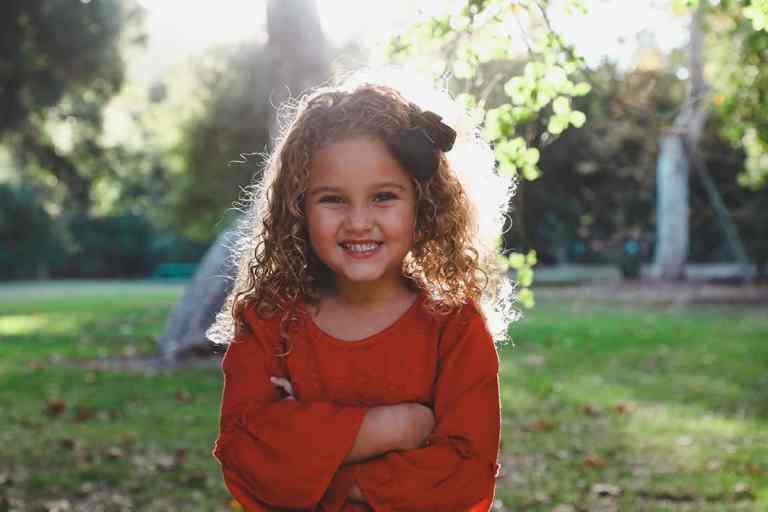 Kind Gelukkig Haar Krullen Pruik Zon Blij Vrolijk Doneren Altruïsme
