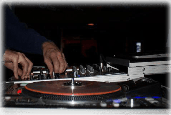 dj hands on the turntable