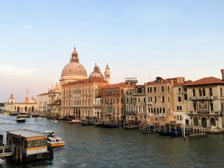 fermata del vaporetto a venezia