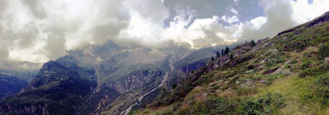 Il Monte Rosa visto da Passo Foric. In mezzo Passo Salati e Punta Indren