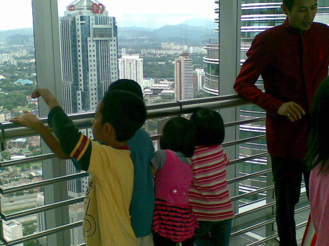 Lihatlah gelagat anak-anak yang begitu seronok melihat keindahan alam ciptaan Ilahi dari tingkat 41 Menara KLCC. Cuba kita bayangkan, bagaimana perasaan mereka ketika itu?