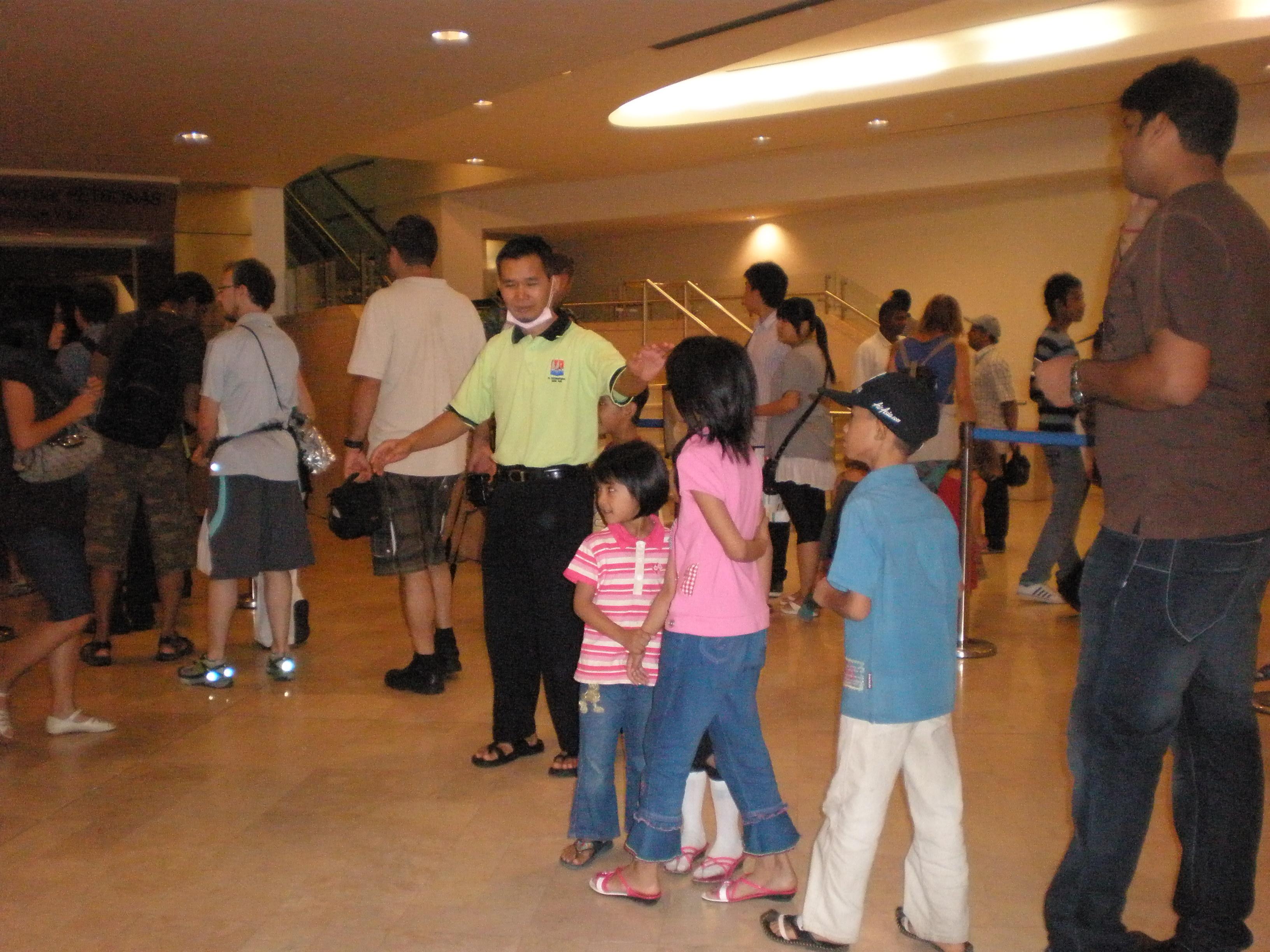 Berbaris untuk mendapatkan tiket percuma ke Jejantas Menara Berkembar. Siapa dulu dia dapat.