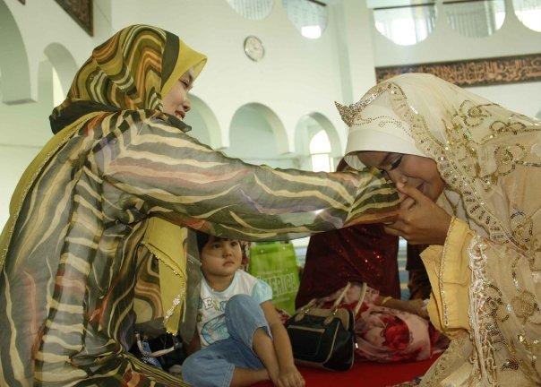 UMU Semut, Kakak kepada Eja menghulurkan tangan untuk dicium Eja tanda restu. Eja, Kakak doakan semoga engkau beroleh kebahagiaan bersama suamimu.. (UMU)