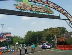 Kebun Binatang Ragunan Dipadati Ribuan Pengunjung, Polisi Kerahkan Ratusan Personel Awasi Prokes