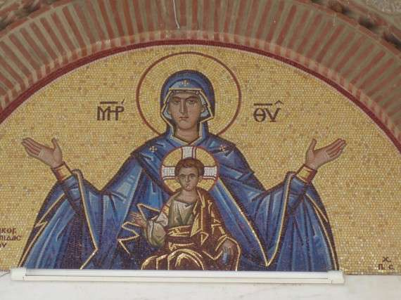 """Ψηφιδωτό της Παναγίας με τον Ιησού Χριστό, το οποίο φέρει την επιγραφή """"Μήτηρ Θεού"""", στον Ιερό Ναό του Αγίου Ιωάννη, Αγία Παρασκευή, Αθήνα."""