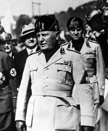 Η απόφαση του Μπενίτο Μουσολίνι να επιτεθεί στην Ελλάδα χωρίς τις απαραίτητες δυνάμεις είχε δύο αιτίες: την βαθιά περιφρόνηση για τους Έλληνες και την εμμονή του να αποδείξει στον Χίτλερ οτι και αυτός μπορούσε να δημιουργήσει τετελεσμένα γεγονότα