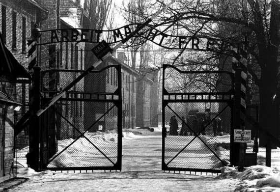 Πινακίδα στην είσοδο: «η εργασία απελευθερώνει». Το στρατόπεδο συγκέντρωσης Άουσβιτς (γερμ. Konzentrationslager Auschwitz-Birkenau) ήταν ένα από τα στρατόπεδα συγκέντρωσης της Ναζιστικής Γερμανίας.
