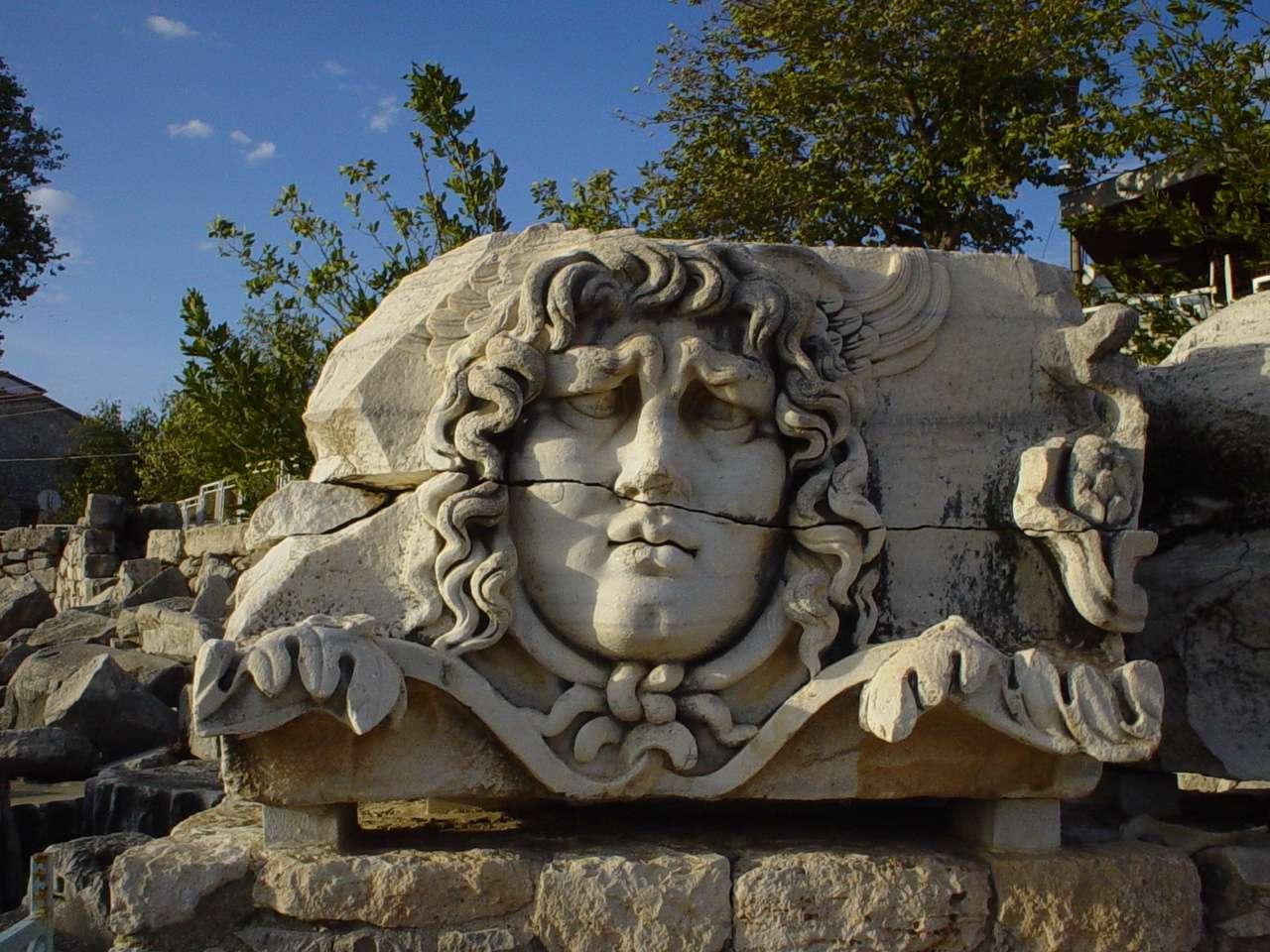 Ο Ναός του Απόλλωνα στα Δίδυμα της σημερινής Τουρκίας. The Temple of Apollo at Didyma in modern-day Turkey