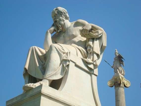 Άγαλμα του Σωκράτη μπροστά από την Ακαδημία Αθηνών