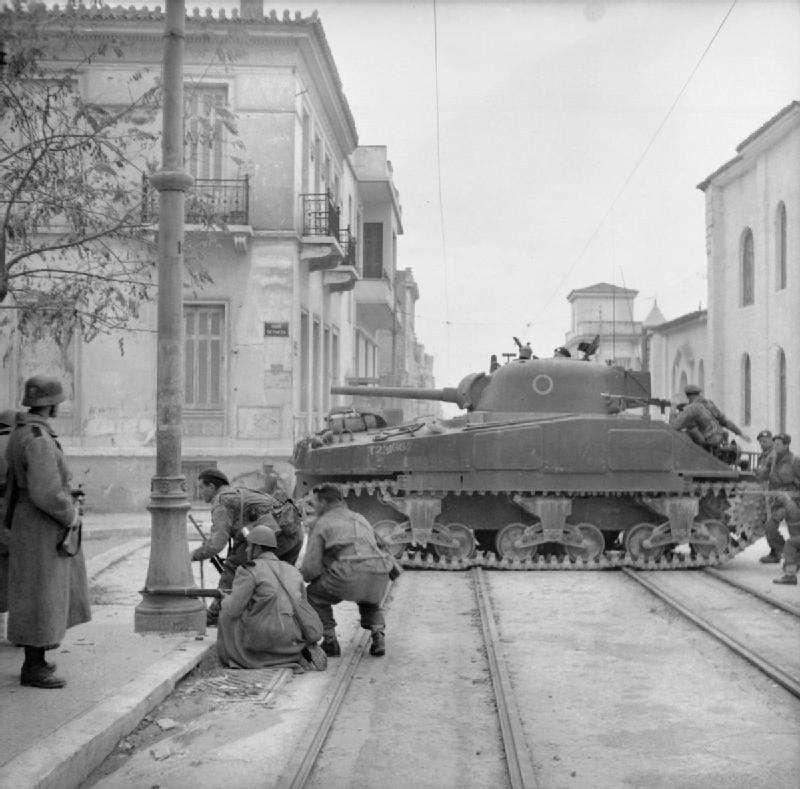 Βρετανικό άρμα στους δρόμους της Αθήνας (συμβολή των οδών Πετμεζά και Δημητρακοπούλου, Άγιος Ιωάννης Γαργαρέττας) , την περίοδο των Δεκεμβριανών