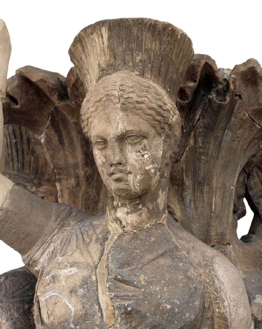 Δελφοί. Το κεφάλι μίας από τις τρεις κόρες του ακανθωτού κίονα με τις χορεύτριες. 330-325 π.Χ. Αρχαιολογικό Μουσείο Δελφών