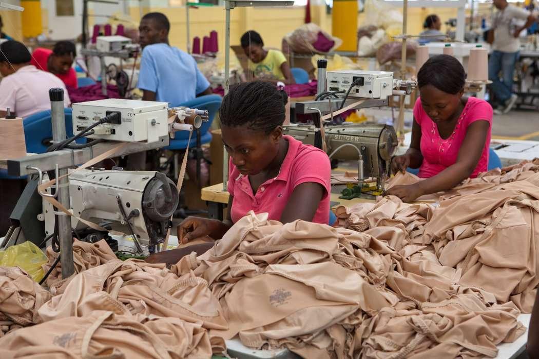 Γυναίκες εργάζονται σε βιομηχανία της Αϊτής