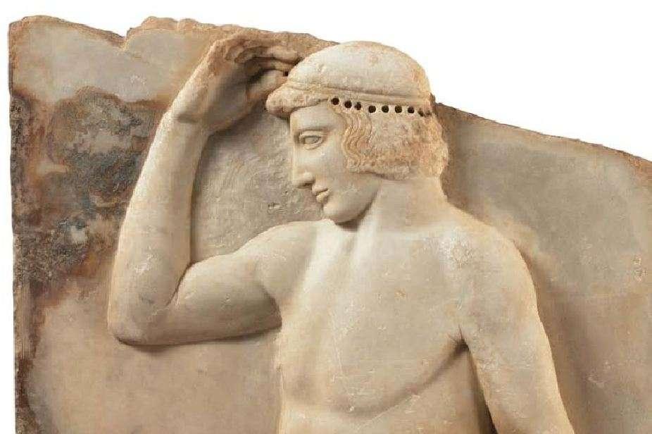 Αναθηματικό ανάγλυφο με παράσταση νέου που στεφανώνεται. Βρέθηκε στο Σούνιο, κοντά στον ναό της Αθηνάς. Γύρω στο 460 π.Χ. Εθνικό Αρχαιολογικό Μουσείο.