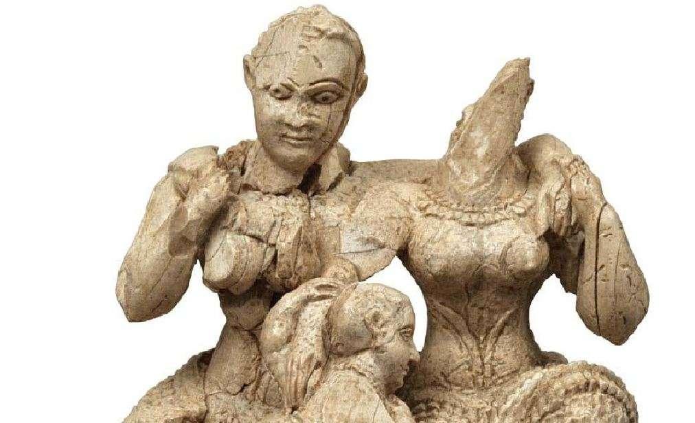 Ελεφάντινο ολόγλυφο σύμπλεγμα. Δύο γυμνόστηθες γυναίκες (θεότητες) κι ένας νεαρός θεός που ακουμπάει στα γόνατά τους, η λεγόμενη ελεφάντινη τριάδα. Ακρόπολη των Μυκηνών, περιοχή του ανακτόρου. 15ος-14ος αιώνας π.Χ. Μυκήνες. Εθνικό Αρχαιολογικό Μουσείο. Elephant oval complex. Two naked women (deities) and a young god leaning on their knees, the so-called elephant triad. Acropolis of Mycenae, area of the palace. 15th-14th century BC Mycenae. National Archaeological Museum.