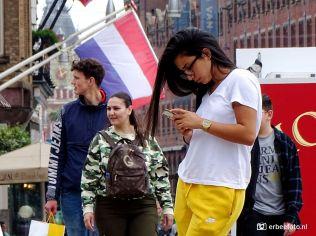 Straatfotografie meisje met telefoon Amsterdam