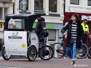 Straatfotografie meisje met telefoon en riksja