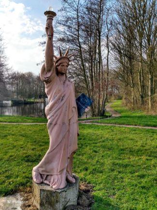 Vrijheidsbeeld (statue of liberty) bij Kerkje van Harkema