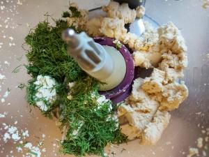 ingrediente crema de tofu cu marar in vasul robotului de bucatarie