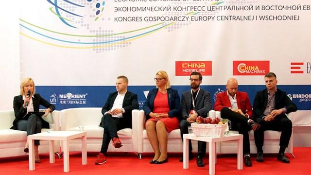 Участники дебатов по электронной коммерции во время Экономического конгресса Центральной и Восточной Европы