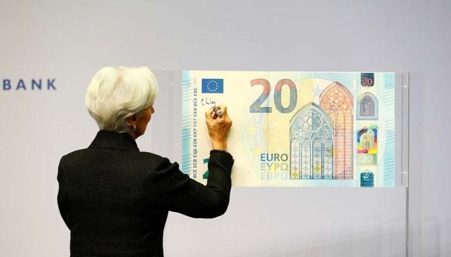 Кристин Лагард расписалась на купюре в 20 евро