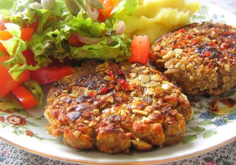 Receta vegana rica en proteínas, hamburguesa de lentejas con salsa tahnii.