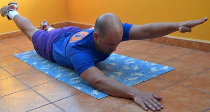 Para este ejercicio, tenemos que levantar el brazo y la pierna en posición opuesta, con el vientre como apoyo.