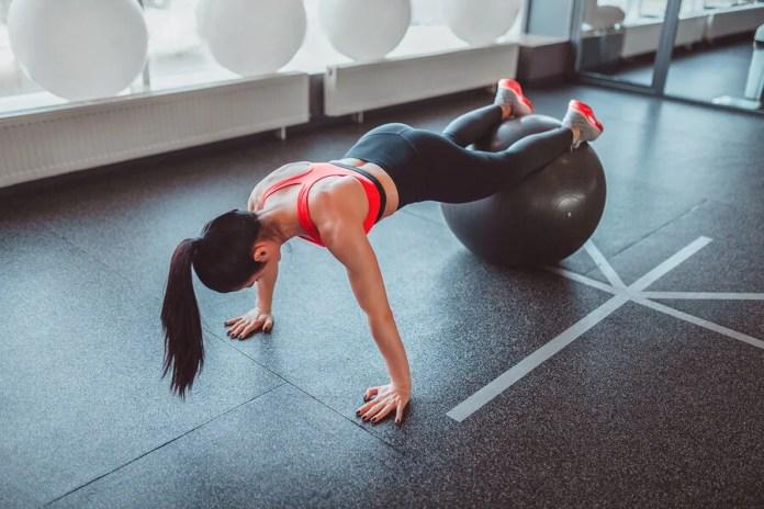 Las flexiones con la pelota suiza son un ejercicio muy efectivo para los pectorales.