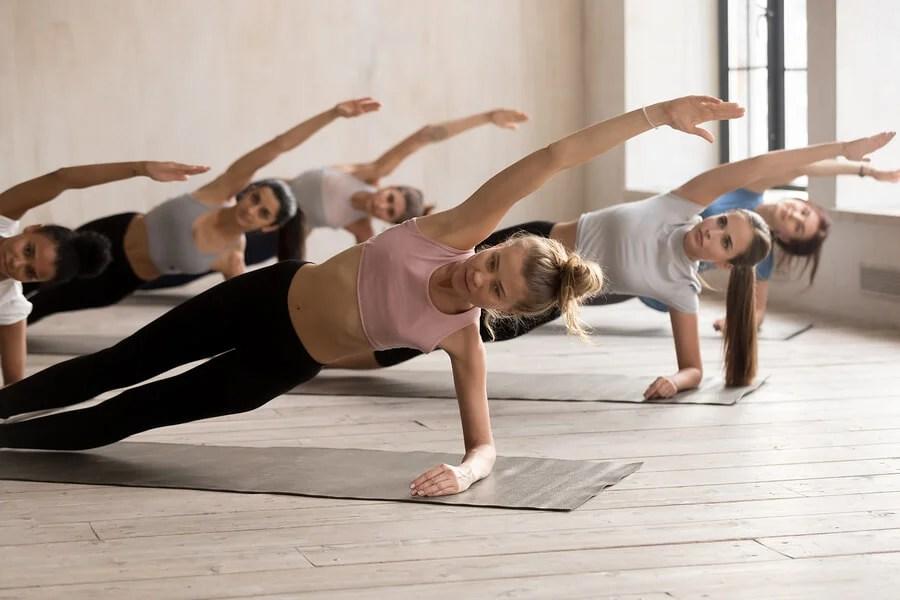 La plancha lateral es otra manera de ejercitar la zona media.