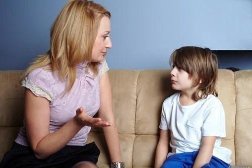 """Madre hablando con su hijo y tratando de educar sin decir """"no""""."""