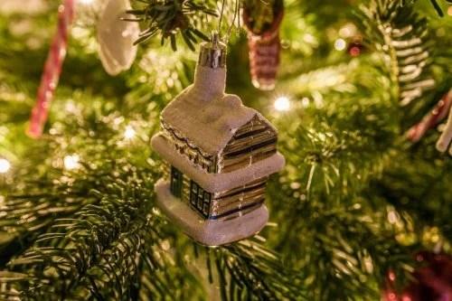 Decorar el árbol de Navidad y hacer adornos caseros es una muy buena actividad para las vacaciones de Navidad.