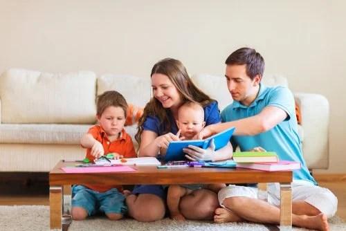 Padres educando a sus hijos y enseñándoles a no renunciar a sus principios desde temprana edad.